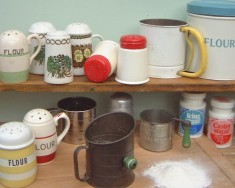 Flour & sugar dredgers & sifters